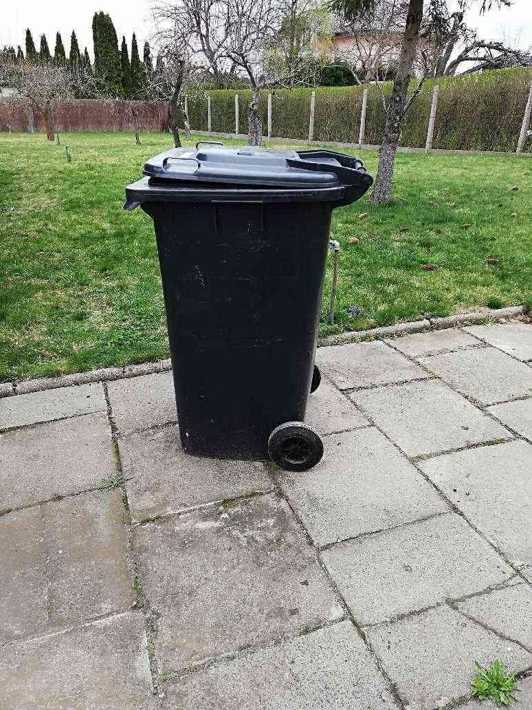 Czarne pojemniki na odpady