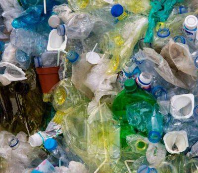 zgniatanie plastiku 400x350 - Porady odpadowe w temacie pojemników do segregacji