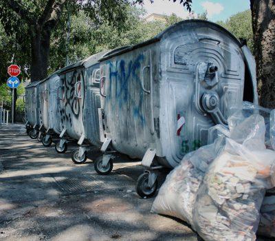 kto musi zapewnic pojemniki 400x350 - Kto powinien zapewnić pojemniki do śmieci ?
