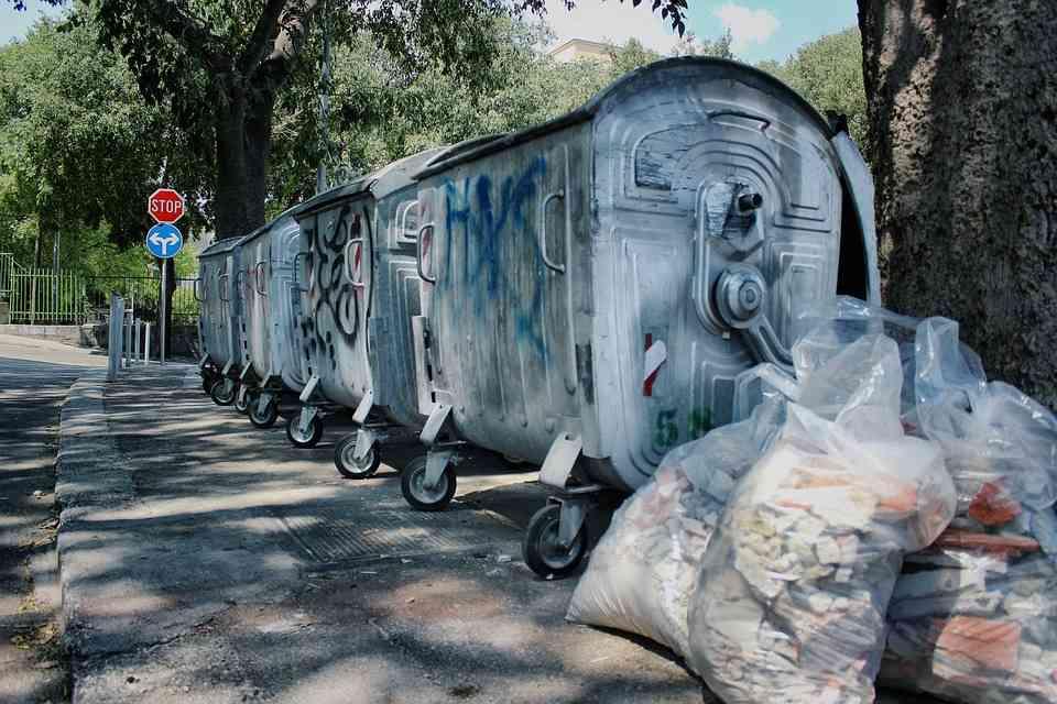 Kto powinien zapewnić pojemniki do śmieci ?